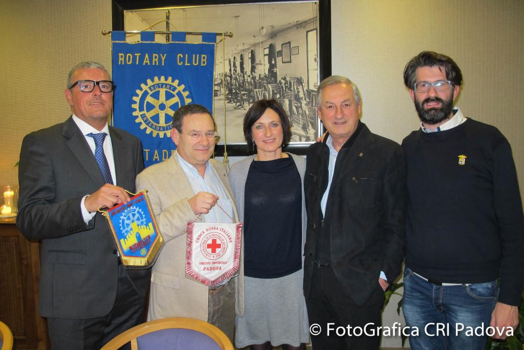 Foto della consegna. Da sinistra: Alessandro Arese, Giuseppe Didone', Silvia De carlo, Arcangelo Sorgente e Samuele Pia